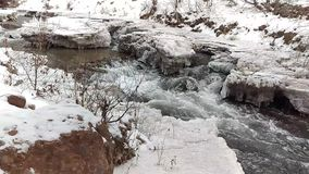 Lodowata rzeka Przez Zamarzniętego krajobrazu zbiory wideo