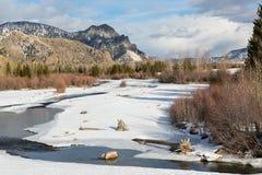 Lodowata rzeka w zimy świetle słonecznym z halnym tłem zima Wyoming Zdjęcia Royalty Free