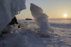 Lodowata skała jeziorny Baikal przy wschodem słońca Zdjęcie Royalty Free