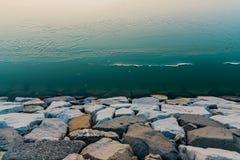 Lodowata woda z skałami obrazy stock
