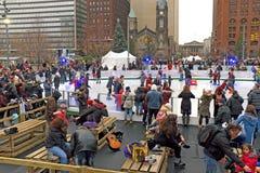 Lodowe łyżwiarki biorą sezonowy lodowisko w w centrum Cleveland, Ohio, usa fotografia royalty free