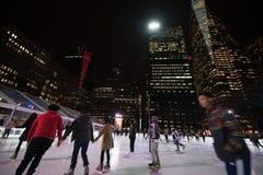 Lodowe łyżwiarki i linia horyzontu przy Nowym Jork Bryant parkiem zdjęcie royalty free