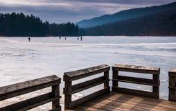 Lodowe łyżwiarki na zamarzniętym jeziorze przy Cowans Robią otwór stanu parka, PA Obrazy Royalty Free