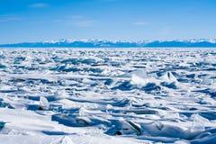 Lodowe muldy zamarznięty Jeziorny Baikal, Syberia, Rosja Obrazy Stock