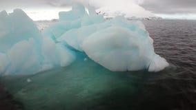 Lodowe ruch góry lodowa globalny nagrzanie unoszą się w oceanie Antarctica zdjęcie wideo