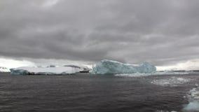 Lodowe ruch góry lodowa globalny nagrzanie unoszą się w oceanie Antarctica zbiory