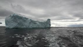 Lodowe ruch góry lodowa globalny nagrzanie unoszą się w oceanie Antarctica zbiory wideo