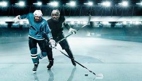 Lodowego hokeja arena Dwa gracza turniejowego w r?kawiczkach na stadium z i he?mie kijem i kr??kiem hokojowym obraz stock