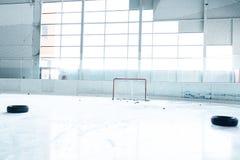 Lodowego hokeja lodowy lodowisko i opróżnia sieć zdjęcia stock