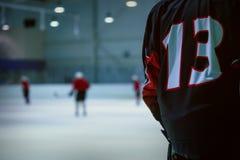 Lodowego hokeja rezerwy gracz liczba 13 gotowa bawić się Obrazy Royalty Free