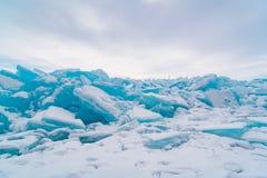 Lodowi bloki zakrywający z śniegiem w Jeziornym Baikal Fotografia Royalty Free