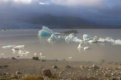 Lodowi floes na jeziornej Fjallsarlon lodowa lagunie Zdjęcie Royalty Free