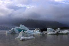 Lodowi floes na jeziornej Fjallsarlon lodowa lagunie Fotografia Stock