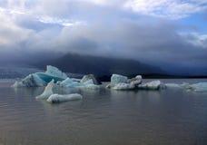 Lodowi floes na jeziornej Fjallsarlon lodowa lagunie Fotografia Royalty Free