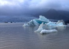 Lodowi floes na jeziornej Fjallsarlon lodowa lagunie Zdjęcie Stock