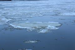Lodowi floes na rzece Zdjęcie Royalty Free