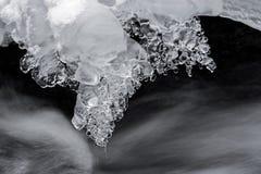 Lodowi kryształy nad zatoczka obrazy stock