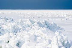 Lodowi prześcieradła pukający wpólnie w północy Słońce zaświecający śnieg arden obraz stock