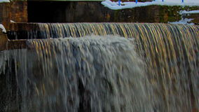 Lodowi sople na marznięcie fontannie w zimie zbiory