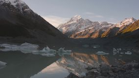 Lodowiec jezioro z lodowymi blokami i tłem góra Cook zbiory