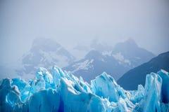 Lodowiec na tle nakrywać góry Shevelev Zdjęcia Royalty Free