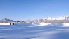 Lodowisko w górach Zima wakacje scena Plenerowy lodowisko Halny jeziorny sceneria krajobraz Łyżwiarski plenerowy plażowy tło egzo zdjęcie wideo