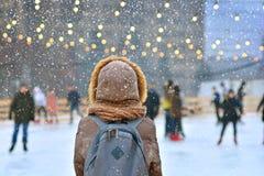 lodowisko Zimy jazdy na łyżwach lodowisko z osamotnioną dziewczyną zdjęcia royalty free
