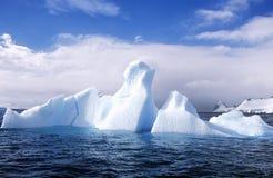Lodowowie i góry lodowa w Errera kanale przy Culberville wyspą, Antarctica obraz stock