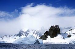 Lodowowie i góry lodowa w Errera kanale przy Culberville wyspą, Antarctica obrazy stock
