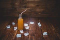Lodowy świeży sok z kostkami lodu na stole Zdjęcie Stock