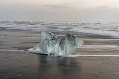 Lodowy blok na czarnej plaży obrazy royalty free