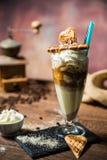 Lodowy caffe w szklanej filiżance na drewnianym stole Zdjęcie Stock