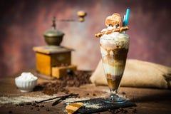 Lodowy caffe w szklanej filiżance na drewnianym stole Fotografia Royalty Free