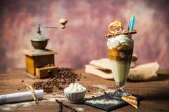 Lodowy caffe w szklanej filiżance na drewnianym stole Zdjęcia Royalty Free
