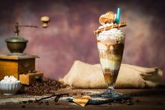 Lodowy caffe w szklanej filiżance na drewnianym stole Zdjęcie Royalty Free