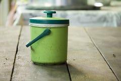 Lodowy Chłodno Zielony klingeryt na stole fotografia stock