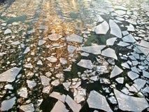 Lodowy dryf na rzece. Abstrakcjonistyczny tło. Obrazy Stock