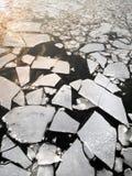 Lodowy dryf na rzece. Abstrakcjonistyczny tło. Zdjęcie Royalty Free