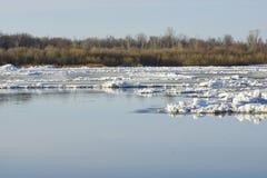 Lodowy dryf na rzece wielki lodowych floes pławik fotografia stock