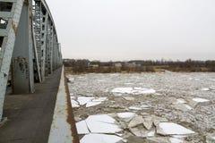 Lodowy floe na rzece w zimie, PuÅ 'awy, Polska, 02 2012 zdjęcie stock