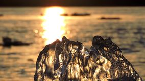 Lodowy floe unosi się w wodzie, czerepy lód na rzece w wiośnie, lodu dryf zbiory