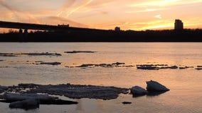 Lodowy floe unosi się w wodzie, czerepy lód na rzece w wiośnie, lodu dryf zbiory wideo