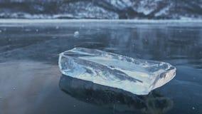 Lodowy floe wiruje na lodzie przeciw tłu zadziwiający góra krajobraz swobodny ruch Kamera ruchy zbiory