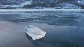 Lodowy floe wiruje na lodzie przeciw tłu zadziwiający góra krajobraz swobodny ruch Kamera ruchy zdjęcie wideo