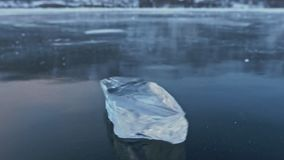 Lodowy floe wiruje na lodzie przeciw tłu zadziwiający góra krajobraz swobodny ruch Kamera ruchy zbiory wideo
