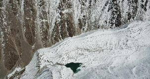 Lodowy jezioro w wąwozie wśród śniegu i skał Strzelać od trutnia zbiory