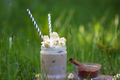 Lodowy kakao z cynamonem i batożącą śmietanką ozdabiał z karmelu popkornem Fotografia Stock