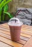Lodowy kakaowy czekoladowy napój na drewnianym stole Obrazy Stock