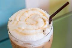 Lodowy karmelu Latte na stole Zdjęcia Stock