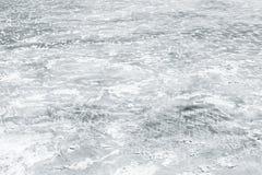 Lodowy lodowisko zakrywający z przedstawieniem na zamarzniętej rzece fotografia royalty free